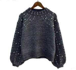 Sivi džemper sa perlama